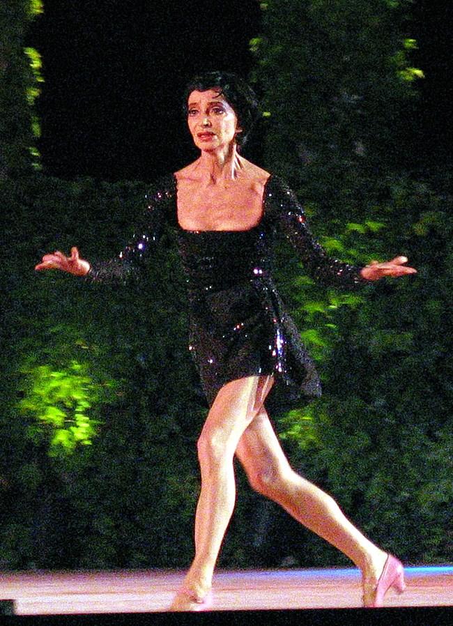 Спектакълът по песни на Едит Пиаф е представен по време на галавечер на варненския балетен конкурс през 1998 г.