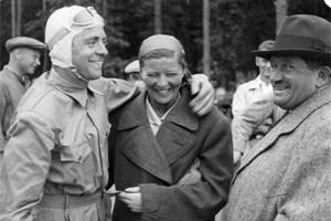 Порше (вдясно) с летците Бернд Розенмайер и Ели Байнхорн.