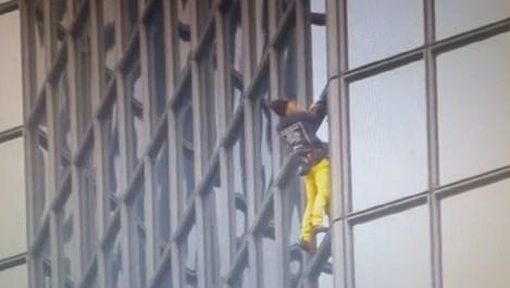 """Френският """"Човек - паяк"""" покори 187-метров небостъргач в Париж (видео)"""
