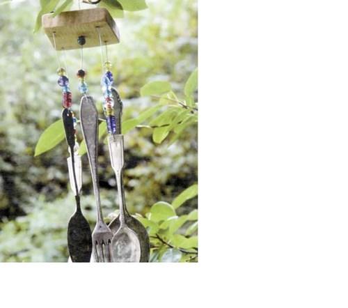 Кухненски прибори огласят градината с нежна музика