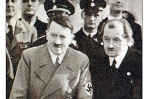 Порше с Хитлер. Великият инженер се ползва с личните си симпатии на фюрера.