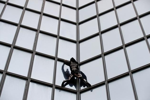 Френският Спайдърмен изкачи 48-етажен небостъргач в Париж с голи ръце (Видео)