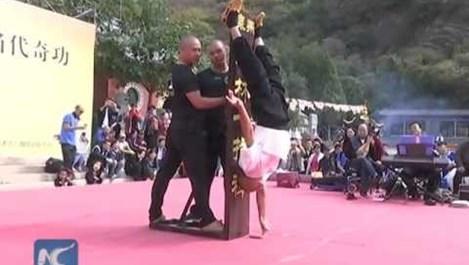 Шаолински монах успя да стои 10 секунди само на палеца си (Видео)