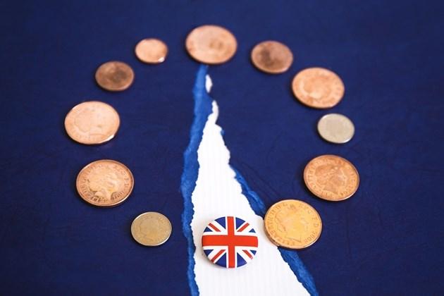 Британската икономика се сви през второто тримесечие с оглед на Брекзит неизвестността