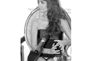 На снимката е турската певица Сонгюл Йоден, която снимах на пресконференция в София през 2009 г.