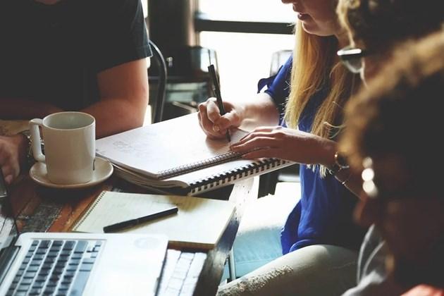 Проучване: Британците ходят на работа най-вече заради колегите