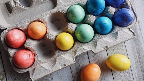 Боядисване на яйца с естествени материали