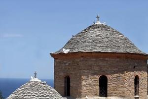 """Каменният покрив на манастира """"Евангелистрия"""" на остров Скиатос е любима спирка за отдих на гълъбите"""