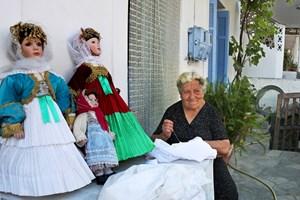 На Алонисос жените шият традиционни носии, булчински рокли и облекла за оригиналните кукли от Спорадите