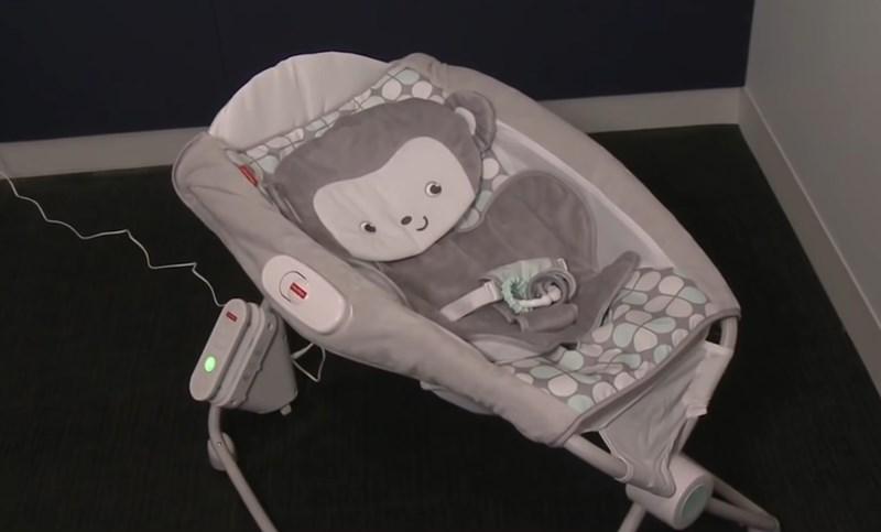 Водещ американски производител на играчки изтегли от пазара популярна бебешка люлка KАДЪР: YouTube/CBS