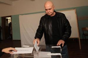 """Слави Трифонов гласува на организирания от него референдум през 2016 г. за мажоритарна избирателна система. СНИМКА: """"24 ЧАСА"""""""