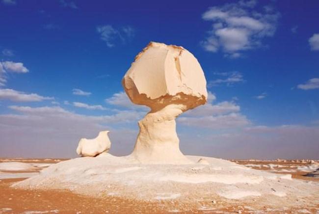 Египет: Бялата пустиня Фарафра, Западната пустиня. Бялата пустиня се намира на 40 км северно от Фарафра - оазис, в който можете да се потопите в горещ поток.
