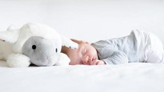 Защо не е хубаво да слагаме плюшени играчки в детското легло