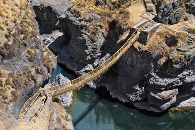 Последният тревен мост на инките Уинчири. Мостът пресича каньона Апуримак на пет часа южно от Куско.
