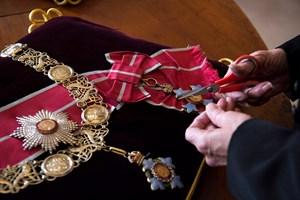Служителка на двореца подготвя част от ордените на херцога.