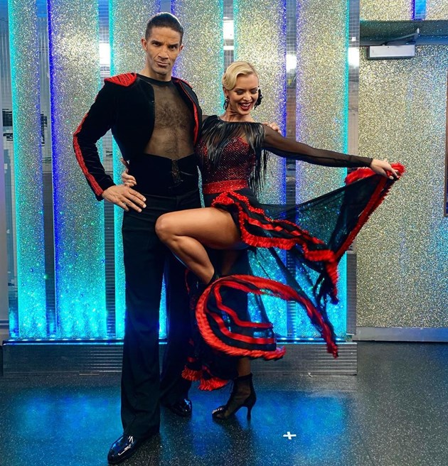 Джеймс с танцьорка