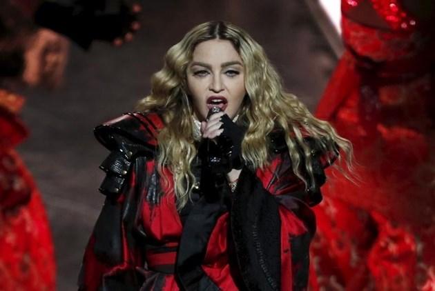 Мадона отложи концерт заради болки в коляното