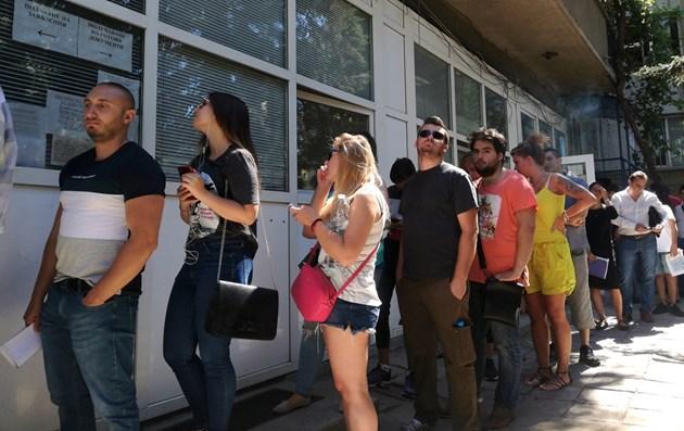 """Репортаж на """"България Днес"""": Безкрайно чакане за лична карта"""