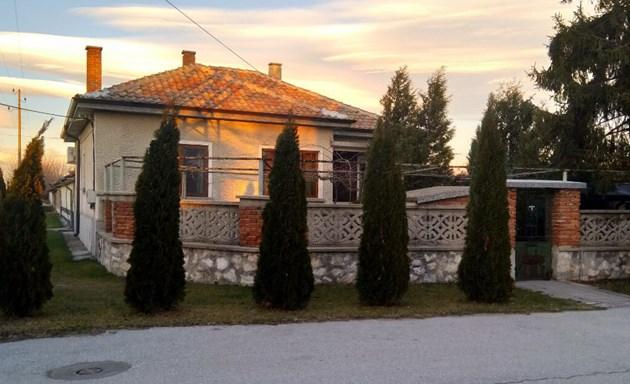 Хиляди българи предлагат селските си къщи без пари