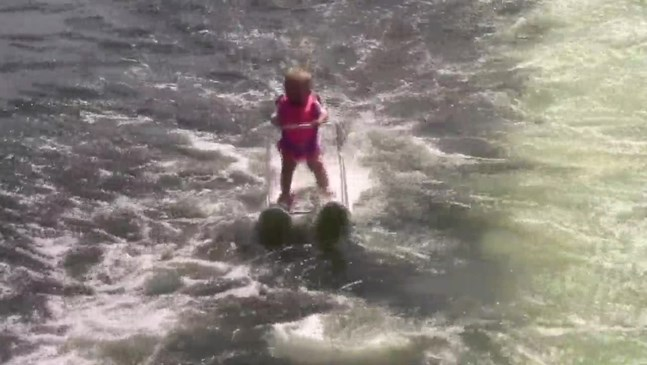 Вижте как 6-месечно бебе кара водни ски (Видео)