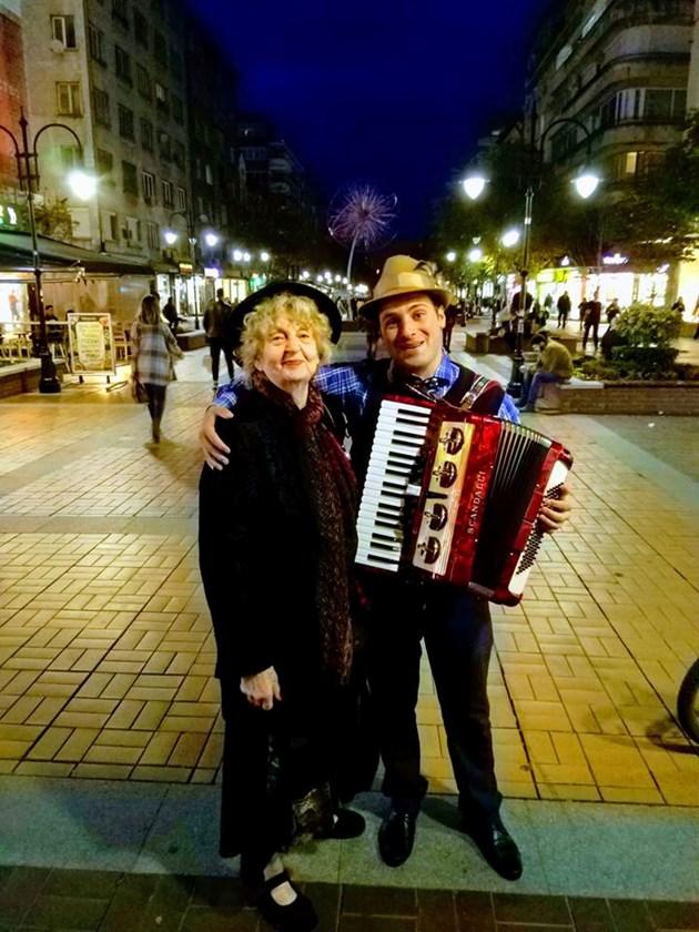 Татяна Лолова пее и танцува на бул.Витошка