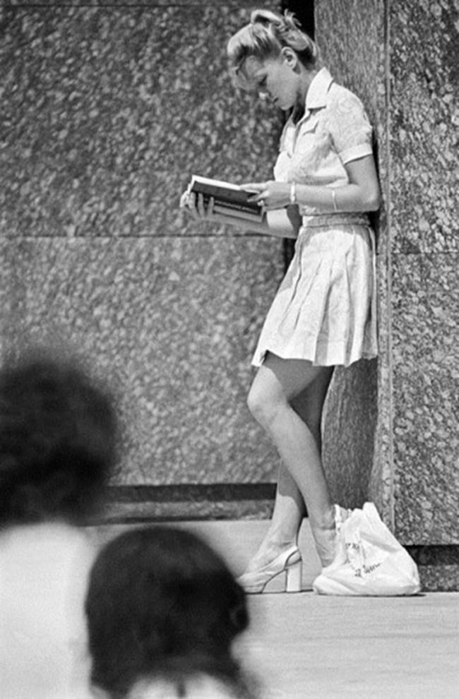 """Съветската тенисистка Марина Крошина по време на подготовка за изпитите на факултета, 1976 г. Снимка: РИА """"Новости"""""""