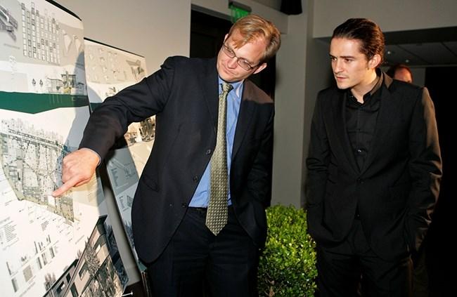 Мат Питърсън – президентът на Global Green Америка, показва планове за екоселище на Орландо Блум