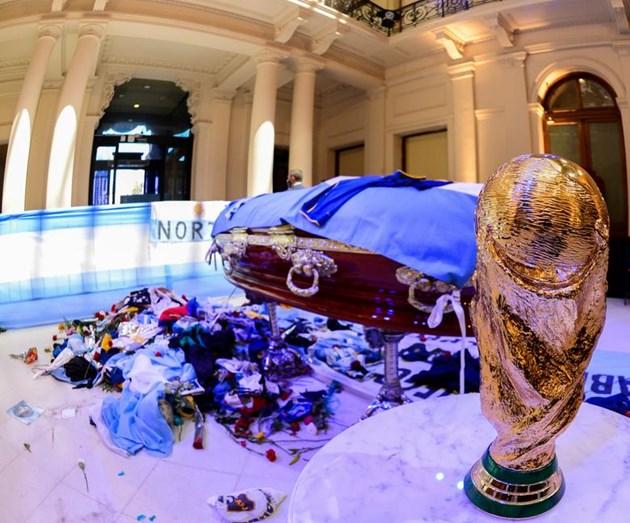 Поклонението на футболната легенда Дон Диего Марадона.