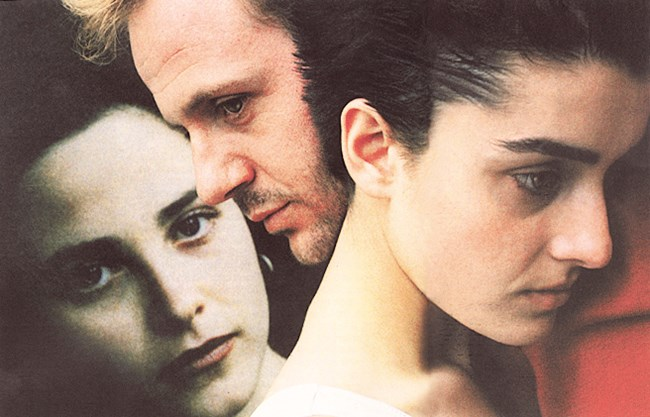 """Плакатът на филма """"Опашката на дявола"""" Янорова (вляво) в друг любовен тиъгърник - този път с Ани Пападополу и Самуел Финци"""