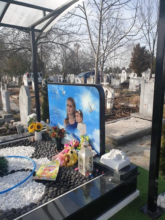 Статуетките на гроба на Дарина и Никол са изкъртени