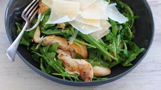 Пилешка салата с пармезан и рукола
