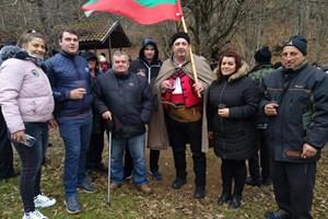 Кметът Илиян Янчев развя знамето и се снима със съграждани.