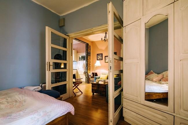 Спалнята на Яна и Алек е отделена от хола с голям портал