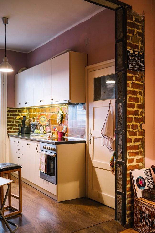 Мебелите в кухнята са правени по поръчка и са в светъл цвят, за да има повече светлина и простор