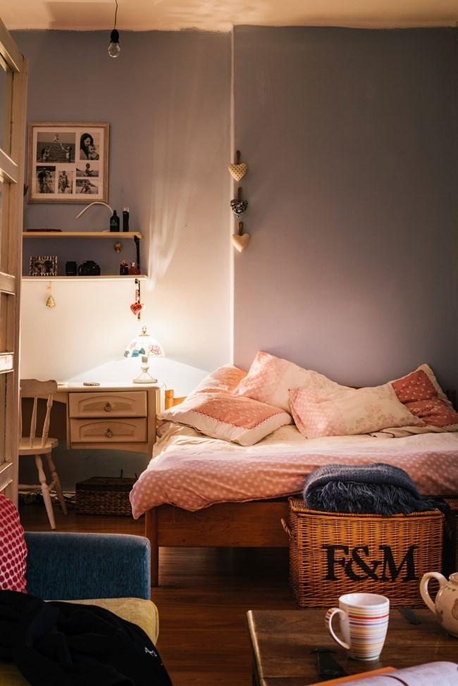 Спалнята на родителите е по-малка от детската стая, но Яна е успяла да подреди дори работен кът