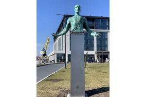 Статуята се намира в Бургас.