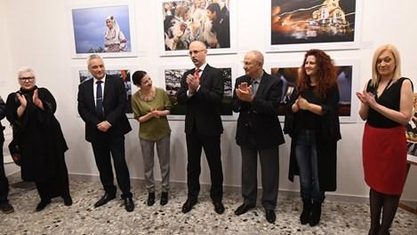 """Фотоизложбата  """"Древни традиции и обичаи в България"""" гостува в Рим"""