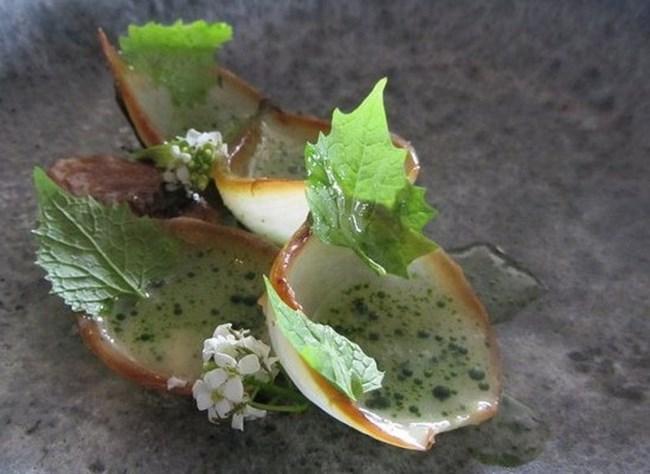 Печен лук с листа от мащерка, залети със сок от цариградско грозде, вероятно ще фигурира и занапред във вегетарианските менюта на Реджепи.