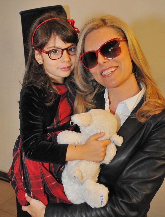 Деси Банова с дъщеря  си Йоанна на модно ревю на очила, в което и двете участват.