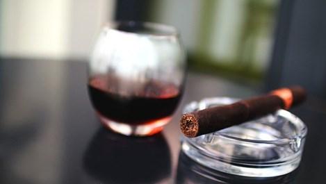 Учени: Вече знаем защо цигарите и алкохолът вървят заедно