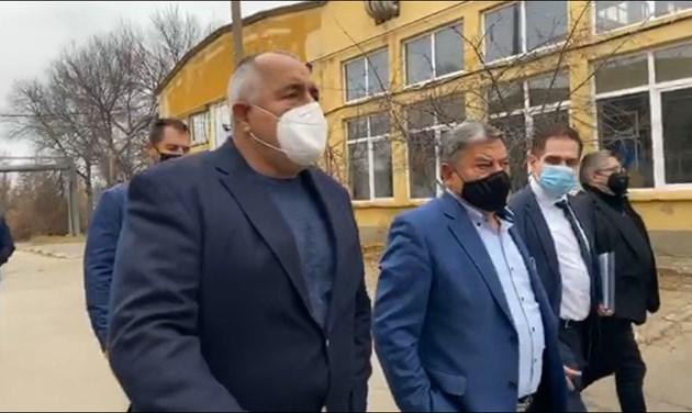 Бойко Борисов влезе в завод за военни коли (На живо)