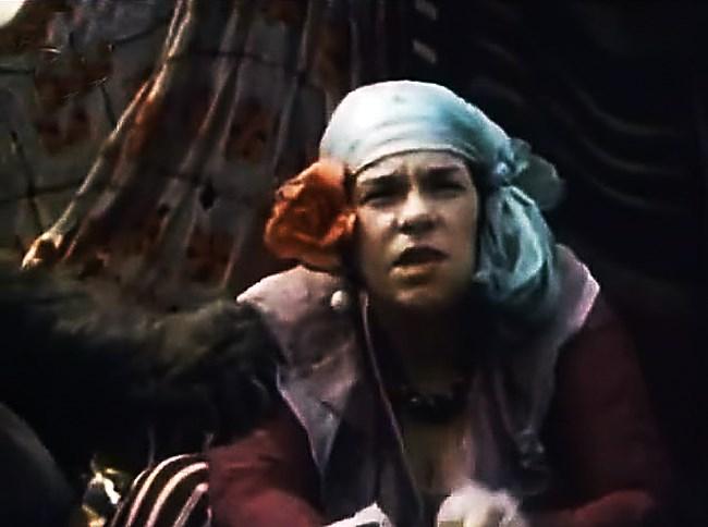 """Кадър от филма """"Бягство в Ропотамо"""", в която тя играе две роли: циганка врачка и самата себе си."""