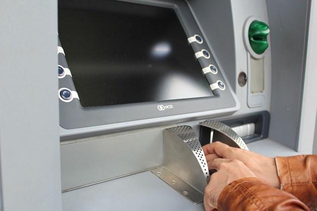 Тегленето от банкомат поскъпна с 31% за година