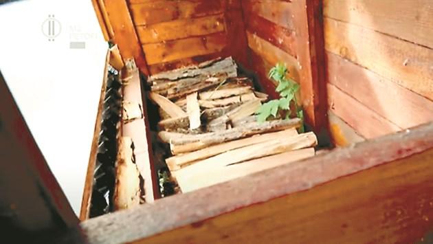 Нагретите от слънцето черни тръби вкарват топъл въздух в сушилнята за дърва