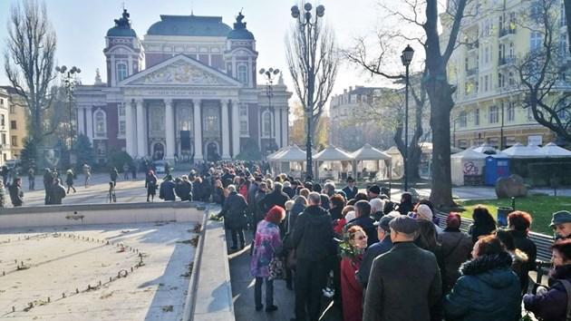 Стотици на поклонението на Стефан Данаилов преди обявеното време (снимки)