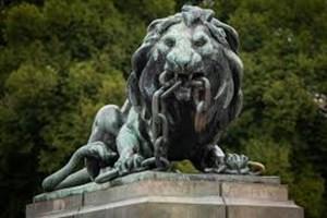 Разкъсващ вериги пред Паметника на Свободата в Русе