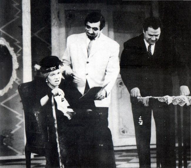 В коронната си роля на баба Гицка с Георги Парцалев и Георги Калоянчев (вдясно)