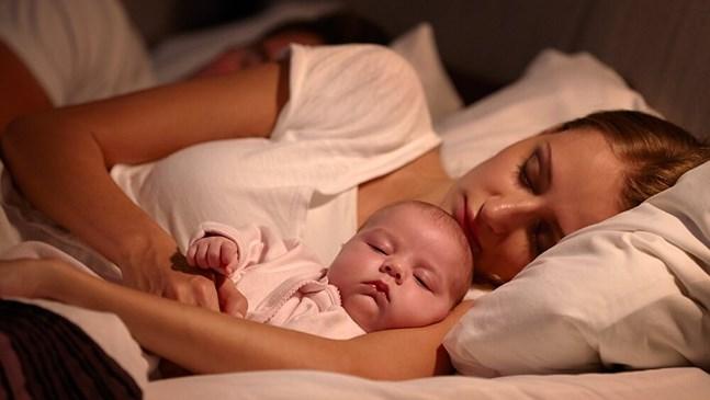 Това се случва с бебетата, които спят в леглото на родителите си
