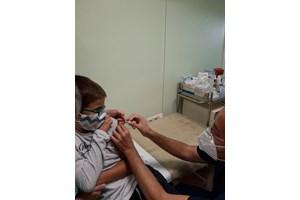 ...а след това имунизира и 12-годишния си син Станислав