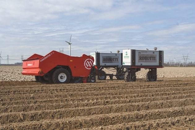 Освен че засади картофите за панаира PotatoEurope, Robotti ще ги събира наесен
